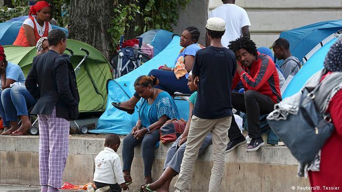 Paris Migranten kampieren auf der Straße (Reuters/B. Tessier)