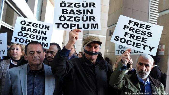 Turkish journalists protest in Istanbul against restrictions on freedom of the press (picture-alliance/AP Photo/O.Kuscu)