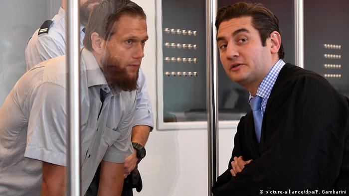 اسون لائو، واعظ سلفی که متهم به حمایت از یک سازمان تروریستی خارجی بود (چپ)، با وکیلش، موتلو گونال؛ ۶ سپتامبر ۲۰۱۶، دوسلدورف