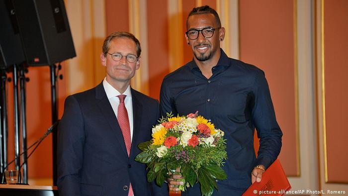 Berlins Bürgermeister Müller (l.) mit Fußballstar Boateng bei der Preisverleihung (Foto: AP)