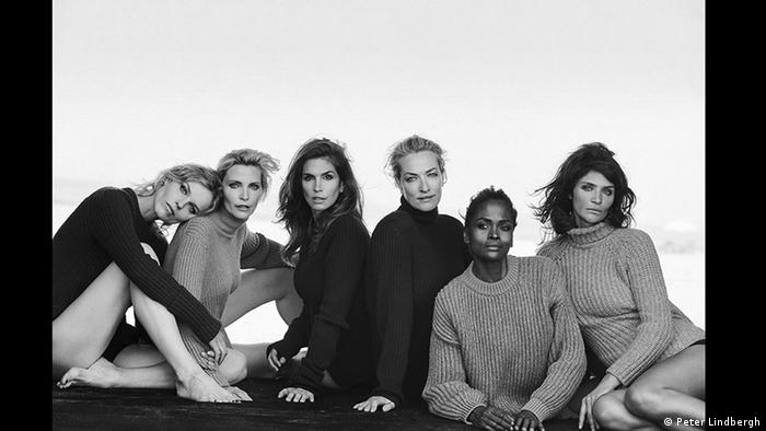Supermodels Cindy Crawford, Tatjana Patitz, Helena Christensen and others in black and white © Peter Lindbergh (Courtesy of Peter Lindbergh, Paris / Gagosian Gallery)