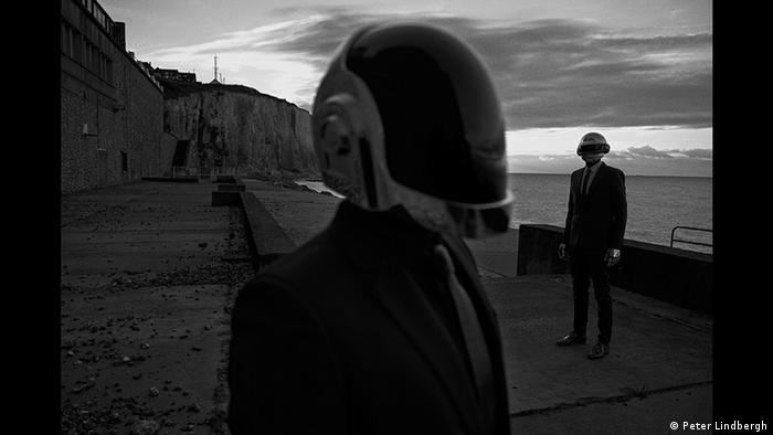 Daft Punk at the seashore © Peter Lindbergh (Courtesy of Peter Lindbergh, Paris / Gagosian Gallery)