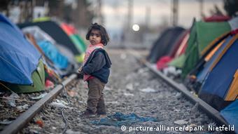 40% των 60.000 προσφύγων και μεταναστών που έχουν εγκλωβιστεί στην Ελλάδα είναι παιδιά, εκτιμά η οργάνωση Save the Children
