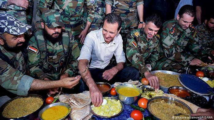 Башар Асад с военнослужащими сирийской армии