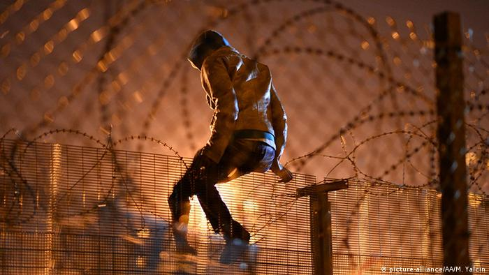 Frankreich Calais Jungle Zaun Flüchtinge (picture-alliance/AA/M. Yalcin)