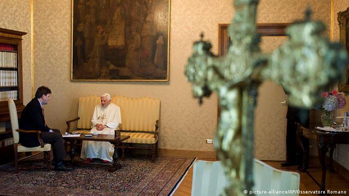 Peter Seewald und Papst Benedikt XVI. in Italien in Castel Gandolfo (Foto: picture-alliance/AP/Osservatore Romano)