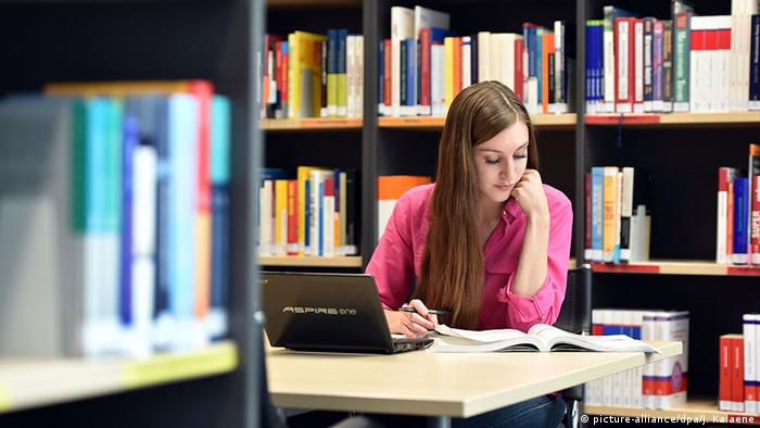 Studentin in Bibliothek (picture-alliance/dpa/J. Kalaene)