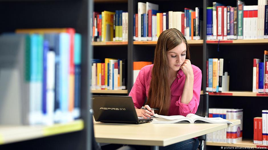 What's the average amount of time College students spend on homework per week?