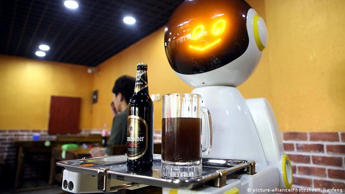 China Kellner-Roboter serviert Bier (picture-alliance/Photoshot/Y. Jianfeng)
