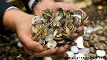 Kiste mit Zwei-Euromünzen Symbolbild Schatz Geld