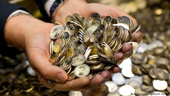 Stock photo of euros in a hand (picture-alliance/dpa/S. Hoppe)