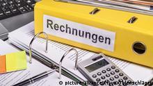 Gelber Aktenordner mit der Aufschrift Rechnungen