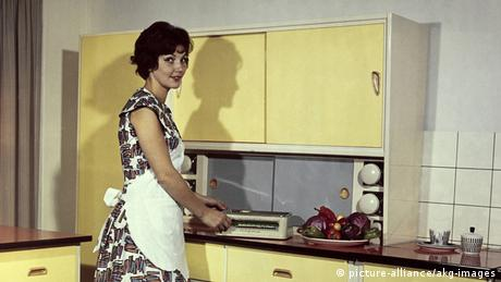 Moderne Hausfrau um 1960 (picture-alliance/akg-images)