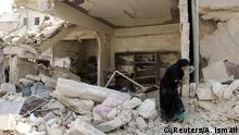 Syrien Krieg - Kämpfe in Aleppo - Frau in zerstörtem Haus