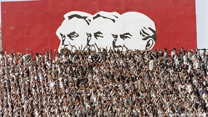 Äthiopien Addis Abeba Menschen vor Abbildungen von Marx, Engels, Lenin