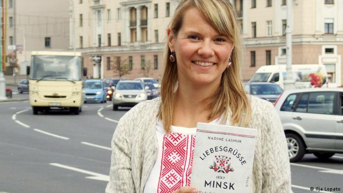 Надин Лашук со своей книгой в Минске