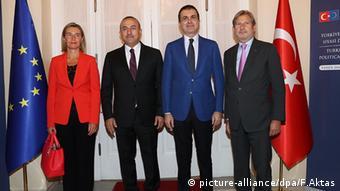 Mevlut Cavusoglu Türkei mit Omer Celik Federica Mogherini Johannes Hahn (picture-alliance/dpa/F.Aktas)