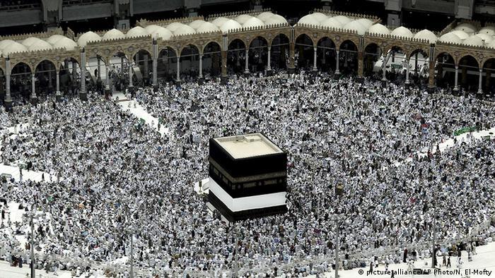 Peregrinos em torno da Kaaba, em Meca