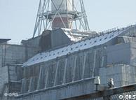 Manto de concreto e aço reveste o reator danificado em Tchernobil