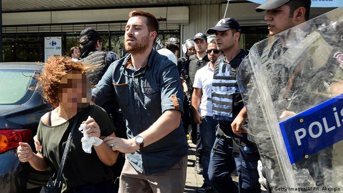 Polícia turca prende mulherdurante protestos em Diyarbakir, no sudeste da Turquia