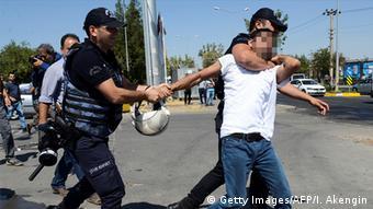 Τούρκοι αστυνομικοί συλλαμβάνουν διαδηλωτές και υποστηρικτές του PKK μετά από εκδήλωση διαμαρτυρίας το 2016
