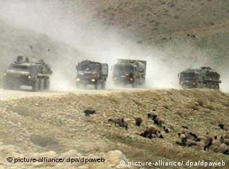 Columna de vehículos alemanes de patrulla en Afganistán.
