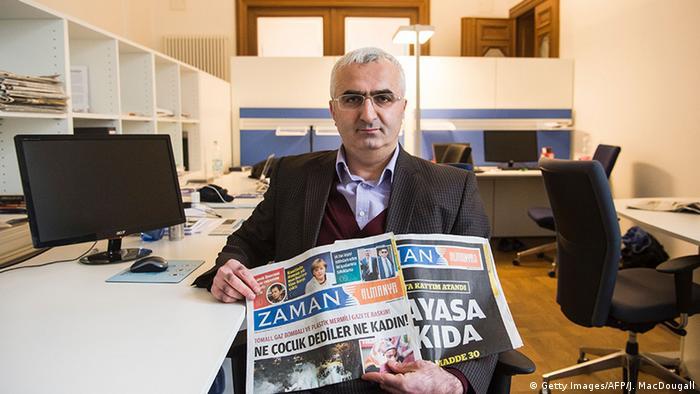 Süleyman Bağ, Zaman gazetesinin Berlin bürosunda 5 Mart 2016 tarihli nüshayla.