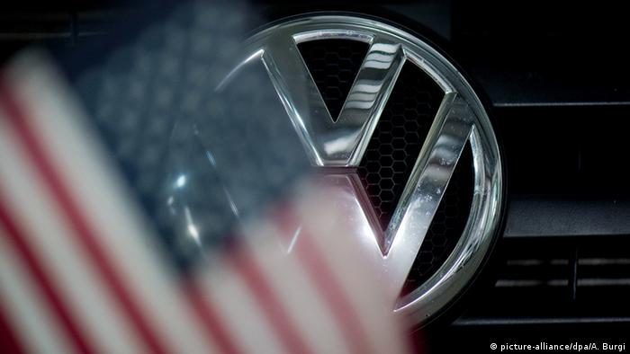 Symbolbild VW in den USA Emblem und US-Flagge (picture-alliance/dpa/A. Burgi)
