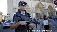 Sept. 9, 2016**** A French police officer patrols in front of Notre Dame cathedral, in Paris, Friday Sept. 9, 2016. A failed attack involving a car loaded with gas canisters near Notre Dame Cathedral was spearheaded a group of women that included a 19-year-old whose written pledge of allegiance to the Islamic State group was found by police, a security official said Friday. (AP Photo/Christophe Ena) | picture alliance/AP Photo/C. Ena