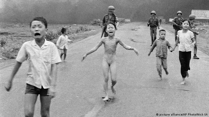 Das berühmte Foto aus dem Vietnamkrieg: Kinder flüchten vor einem US-Napalm-Angriff, unter ihnen ein nacktes Mädchen (Foto: AP)