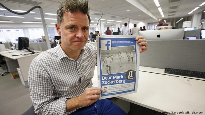 Aftenposten-Chefredakteur Hansen präsientiert die Ausgabe mit dem Vietnamkrieg-Foto (Foto: dpa)