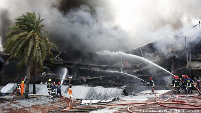 84383f996c045 Los bomberos tratan de apagar el fuego para rescatar a las victimas.