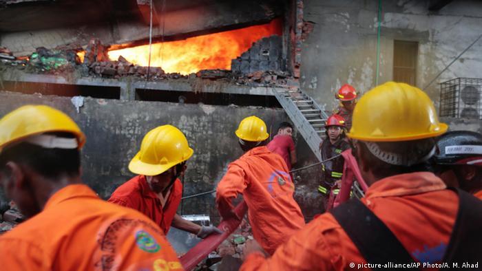Bangladesh Dhaka - Feuerwehr löscht Brand bei Fabrik