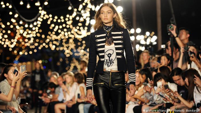 USA New York - Gigi Hadid Modelt für Tommy Hilfiger bei der New York Fashion Week (picture-alliance/AP Photo/D. Bondareff)