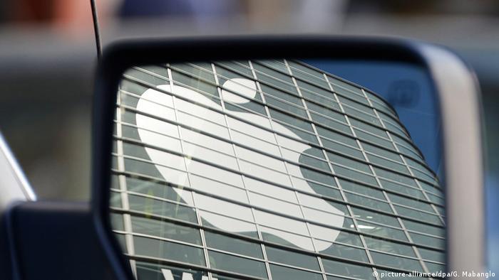 Apple-Logo spiegelt sich in einem Autospiegel (Foto: picture-alliance/dpa/G. Mabanglo)