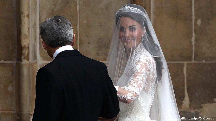 Frauen Gesichtsschleier Braut Hochzeit Kate Middleton (picture-alliance/dpa/D.Kitwood)