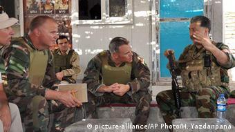 عکس مربوط به سال ۲۰۱۶ است. حسین یزدانپناه (راست) فرمانده حزب آزادی کردستان ایران (پآک) به خبرگزاری آسوشیتدپرس گفت افراد این گروه در چارچوب مبارزه بینالمللی علیه داعش توسط اروپاییها و آمریکاییها آموزش نظامی دیدهاند.