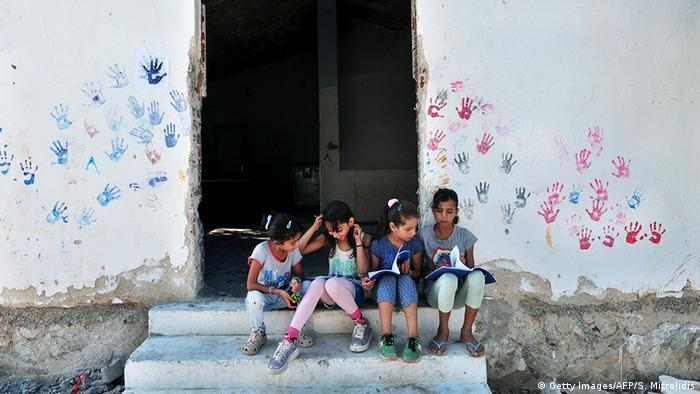 Crianças refugiadas brincam em campo para refugiados na Grécia