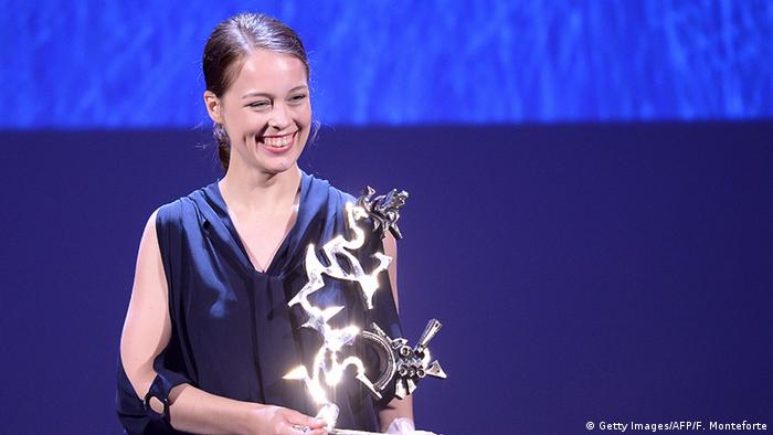 Venice Film Festival with Paula Beer and her trophy (Getty Images/AFP/F. Monteforte)