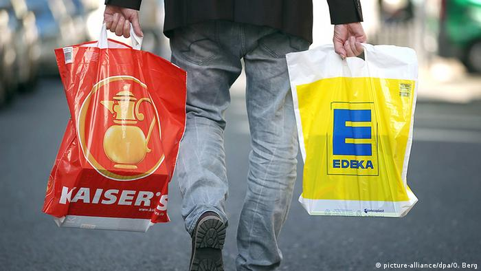 Shopper carrying plastic bags. Photo credit: picture-alliance/dpa/O. Berg.