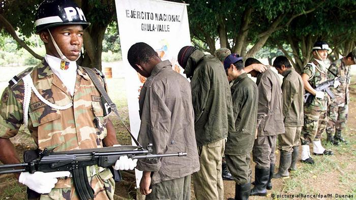 En esta foto de archivo aparecen cinco combatientes, cuatro de ellos menores de edad, pertenecientes a las FARC y al ELN que se rindieron ante las fuerzas militares, alegando que recibían maltrato de sus comandantes. (07.04.2003)