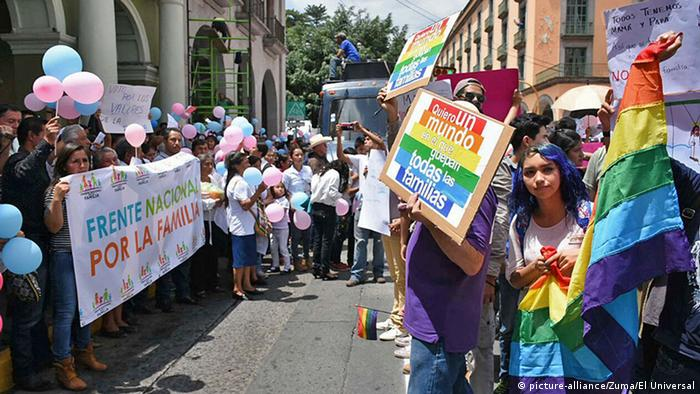 In Mexico City, a counter demonstration aimed to showcase the need to end discrimination in legislation regulating marriage (c) picture-alliance/Zuma/El Universal