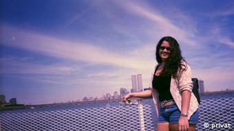 Bárbara Barros em Nova York, antes da tragédia do 11/9. Ao fundo, as Torres Gêmeas
