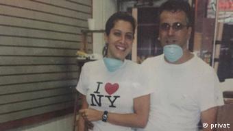 Cíntia Corsi e chefe limpam poeira da loja, dias após desabamento do WTC