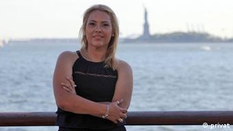 Adriana Maluendas, única brasileira que sobreviveu à tragédia, conta sua experiência em livro