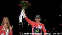 11.09.2016 *** September 11, 2016 - Madrid, Madrid, Spain - Winner of La Vuelta 2016, Movistar's Colombian cyclist Nairo Quintana raises is trophy as he celebrates on the podium of the last stage of the 71st edition of ''La Vuelta'' Tour of Spain, a 104.8km route Las Rozas to Madrid, on September 11, 2016 | © picture-alliance/Zuma Press/O. Gonzalez