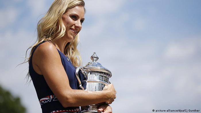 US Open 2016 am Tag nach Finale Angelique Kerber mit Pokal (picture-alliance/dpa/Cj Gunther)
