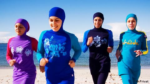 Women in burkinis jogging down the beach (Privat)