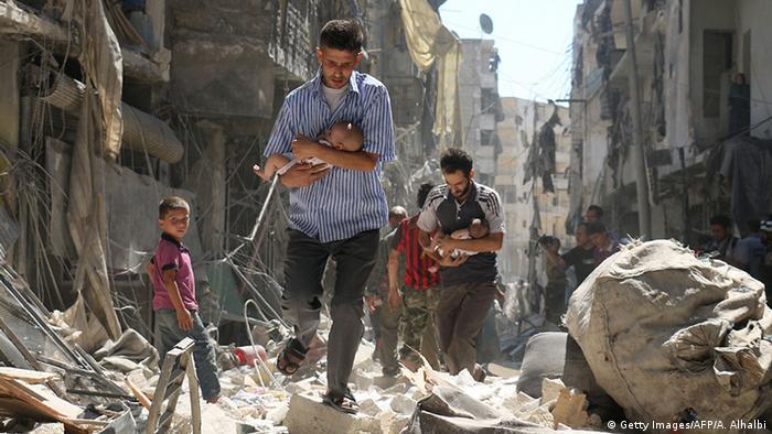 Мирные жители Алеппо спасаются бегством после авиаударов