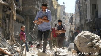 Syrien Aleppo Opfer und Zerstörung nach Luftangriffen (Getty Images/AFP/A. Alhalbi)